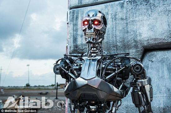 马斯克又发出警告称,人工智能对人类的危害将可能与核武器相提并论。不过,从另一角度来看,人工智能是否也有希望接受一种宗教形式,通过忠诚的信仰让人工智能变害为利,尽量多做对人类有益的事,减轻对人类的危害?
