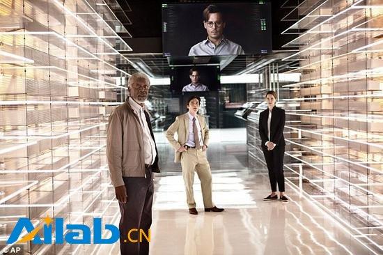 """从某种意义上来说,这家网站的做法会让人联想到2014年的科幻影片《超验骇客》。在这部电影中,由约翰尼·德普饰演的人工智能专家威尔·卡斯特博士将他自己的意识上传到了一台计算机中,这样他就能够在自己死后继续""""活着"""""""