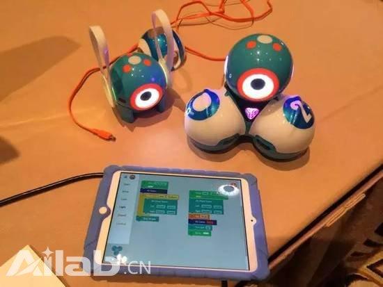 这台可编程机器人可以教小朋友写代码