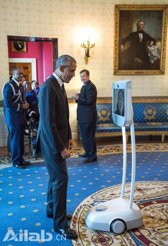美国总统奥巴马在白宫体验 BEAM 机器人