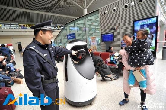 多图:全国首款警察机器人亮相郑州高铁站-智能